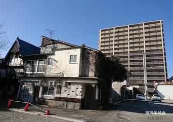 松原マーケット 昭和の家屋と平成のマンション.jpg