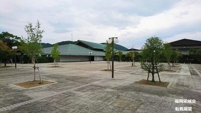 県立九州陶磁文化館 前庭.jpg