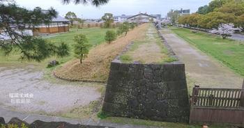 復元された石垣土塁.jpg