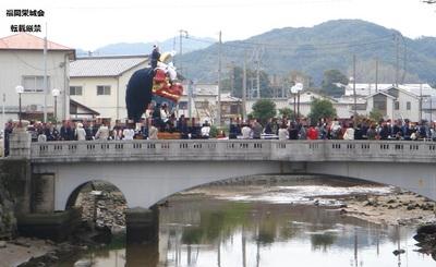 橋を渡る曳山山車.jpg